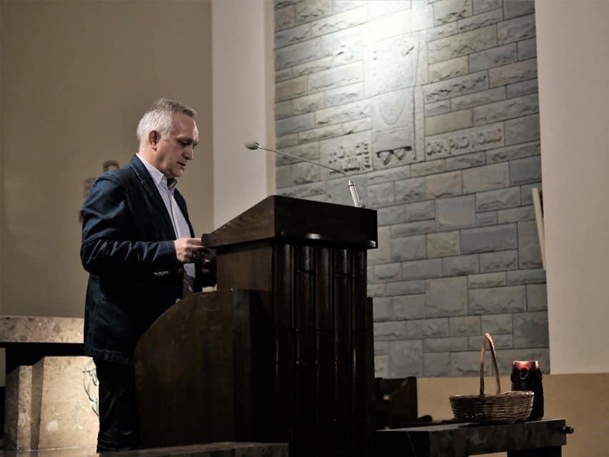 Zbigniew Nosowski podczas modlitwy za zranionych w Kościele zorganizowana 28 lutego w warszawskim kościele św. Marcina 28 lutego 2020 roku. Fot. Katarzyna Bartosik